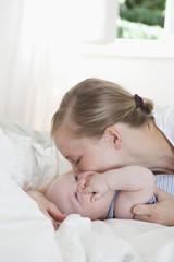 Mutter spielt mit ihrem kleinen Baby, ein Junge