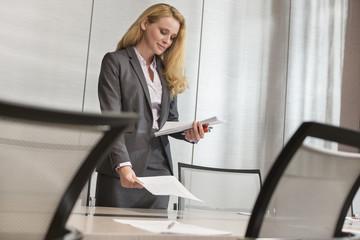 Geschäftsfrau am Konferenztisch im Hotel
