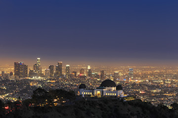 USA, Kalifornien, Los Angeles, Skyline und Griffith Observatory in den Abend