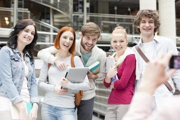 Studenten fotografieren in einer Universitätsbibliothek