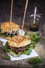 Asiatischer Nudelburger, Hacksteaks und mit Feldsalat