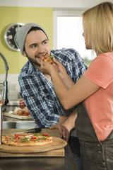 Paar zu Hause, es gibt Pizza