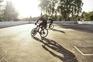 Deutschland, Hannover, junge Leute beim Bike-Polo