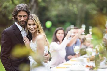 Braut und Bräutigam auf einer Gartenparty