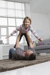Verspielt, Vater und Tochter im Wohnzimmer