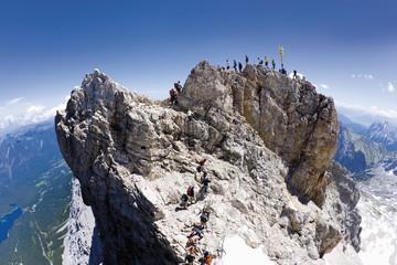 Deutschland, Gruppe von Wanderern, Wandern auf der Zugspitze
