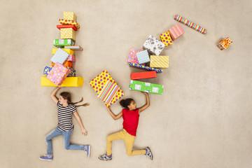 Kinder mit Haufen von Geburtstagsgeschenken