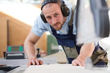 Handwerker arbeiten an Kreissäge
