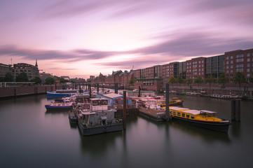 Deutschland, Hamburg, Innenhafen am Abend, Langzeitbelichtung