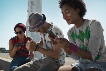Freunde mit Handys im Freien