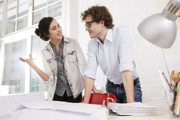 Zwei junge Architekten zusammen im Büro