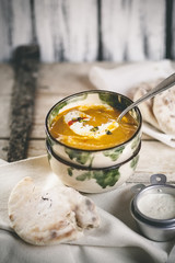 Würzige Karotten-Suppe mit Naan-Brot und Pistazien-Joghurt