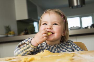 Kleinkind, Backen in der Küche