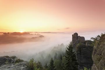 Deutschland, Sachsen, Elbsandsteingebirge, Blick auf 'Talwaechter' und 'Verlorener Turm' im Morgennebel
