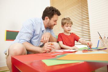 Vater und Sohn die zusammen zeichnen