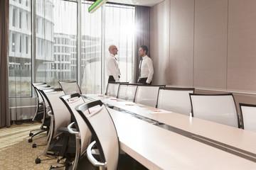 zwei Geschäftsleute sprechen im Konferenzraum im Hotel