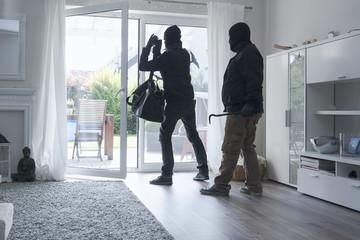 Zwei Einbrecher verlassen Das Einfamilienhaus mit ihrer Beute, am Tage