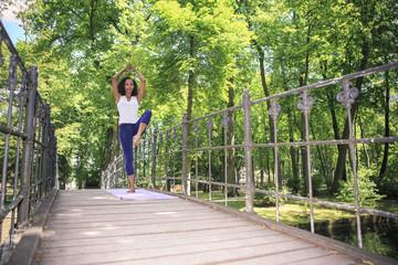 Yoga-Übungen in einem Park