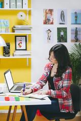 Weibliche Mode-Blogger, Telefonieren in ihrem Büro