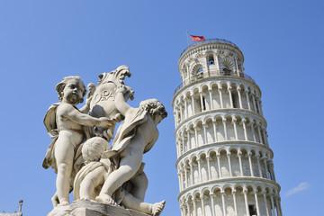 Italien, Toskana, Pisa, Blick auf Engel-Statue und schiefen Turm von Pisa vor blauem Himmel