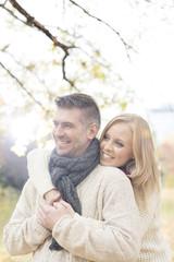 Polen, Warschau, Glückliches Paar im Park