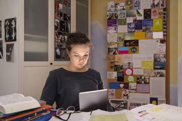 Schülerin macht Hausaufgaben mit Tablet-PC