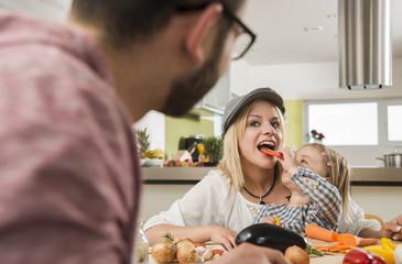 Familie beim Kochen in der Küche zu Hause