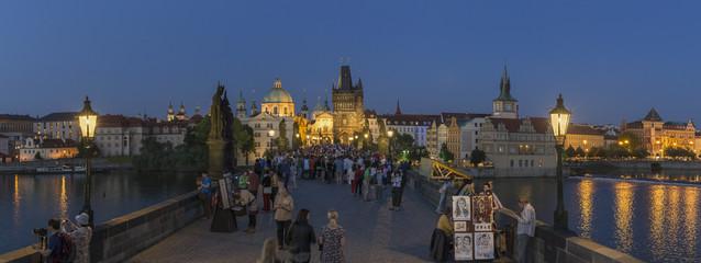 Tschechische Republik, Prag, Menschen auf der Karlsbrücke am Abend