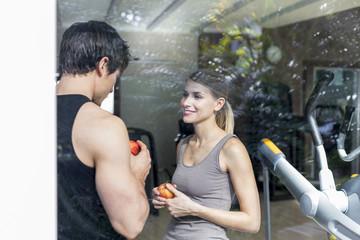 Österreich, Klagenfurt, Paar im Gespräch im Gym