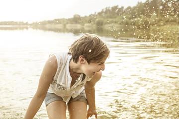 Junge Frau, Spaß am Baggersee
