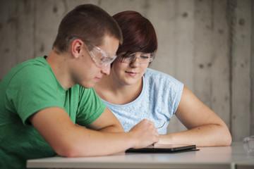 Zwei Berufsschüler mit Schutzbrille