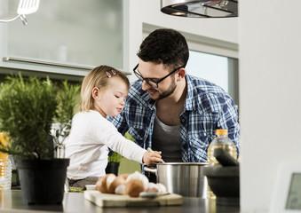 Vater und Tochter in der Küche beim Kochen