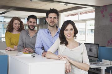 Gruppenbild der vier kreativen Menschen im Büro