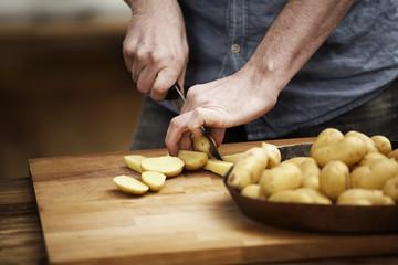 Man schneidet Kartoffeln in der Küche