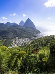Karibik, St. Lucia, Blick auf Soufrière mit Vulkane Gros Piton und Petit Piton