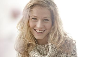 Lächelnde junge Frau Frau