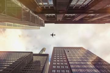 Deutschland, Hessen, Frankfurt am Main, alte und neue Hochhäuser, Flugzeug