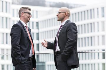 zwei Geschäftsleute in der Diskussion