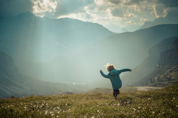 Italien, Provinz Belluno, Veneto, Auronzo di Cadore, kleiner Junge auf Wiese in der Nähe von Tre Cime di Lavaredo