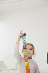 Deutschland, München, Mädchen mit Holzblöcke spielend