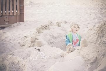 Deutschland, Mecklenburg-Vorpommern, Rügen, Junge am Sandstrand