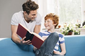 Vater und Sohn mit Buch