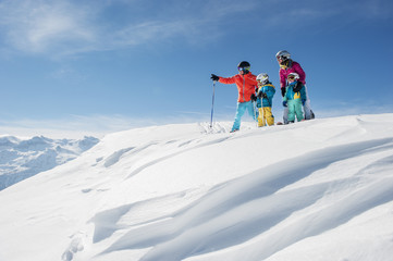 Österreich, Land Salzburg, Altenmarkt-Zauchensee, Familie beim Skifahren in den Bergen