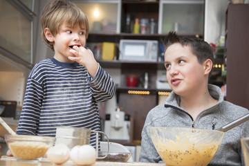 Zwei Brüder, die zusammen einen Kuchen backen