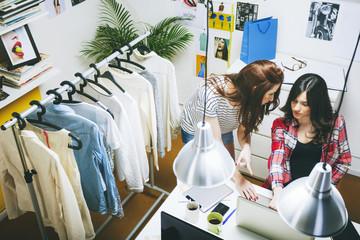 Zwei weibliche Mode-Blogger, am Schreibtisch im Büro