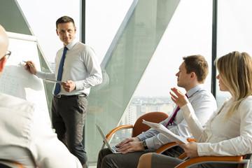 Geschäftsmann am Flip-Chart führt ein Seminar