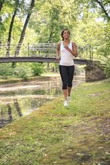 Frau beim Joggen am Fluss