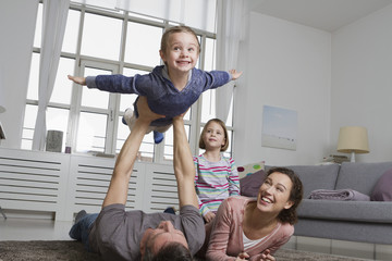 Verspielte Familie im Wohnzimmer