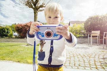 Kleinkind mit Kinder-Kamera