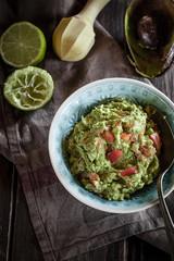 Schüssel Guacamole, Küchentuch, Stößel